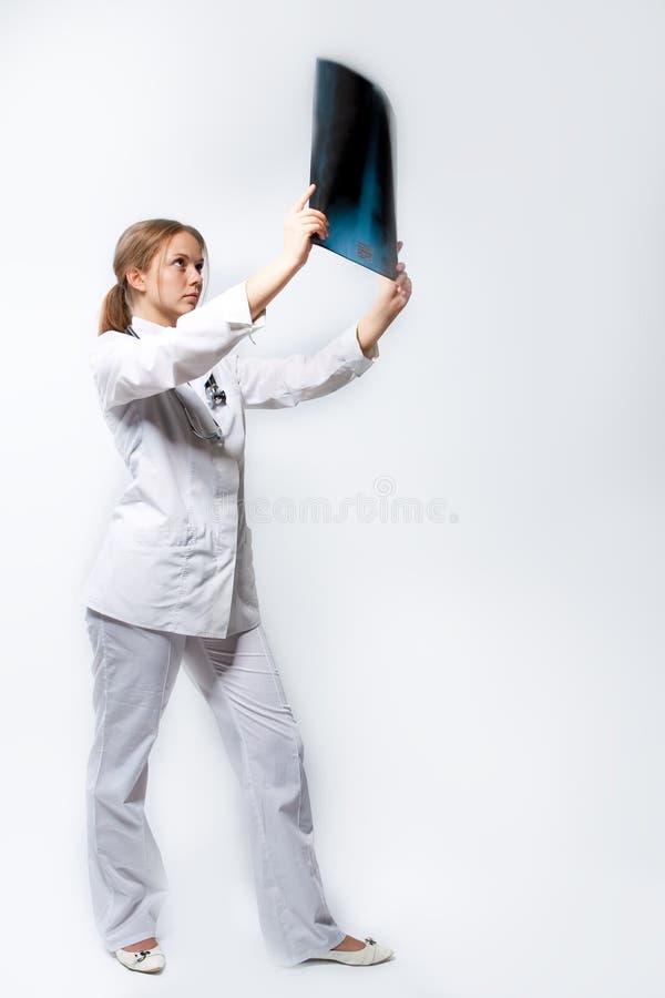Junger blonder Doktor mit Röntgenstrahl lizenzfreies stockbild