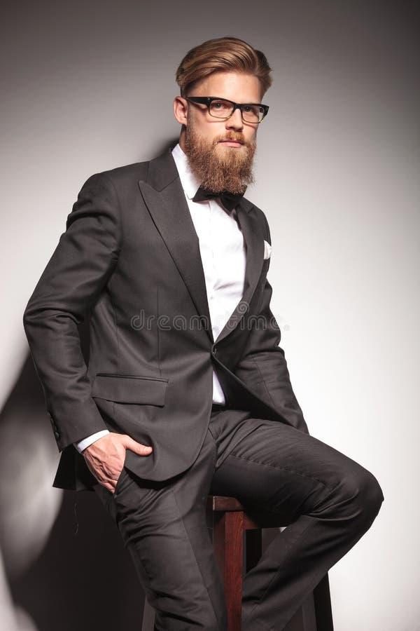 Junger blonder Geschäftsmann, der die Kamera betrachtet lizenzfreie stockbilder