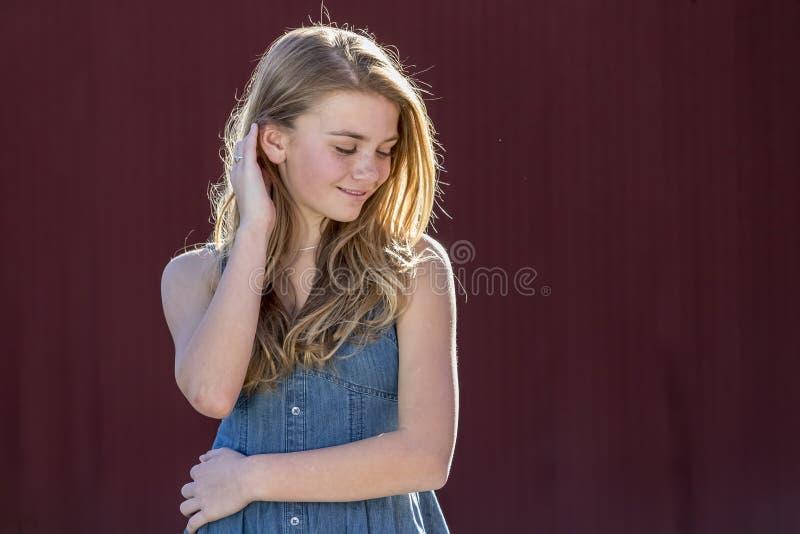 Junger blonder Jugendlicher genießt ein schönes Tagesfreien stockfoto