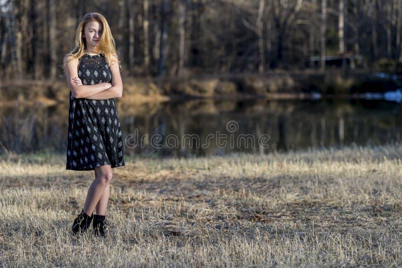 Junger blonder Jugendlicher genießt ein schönes Tagesfreien stockbild