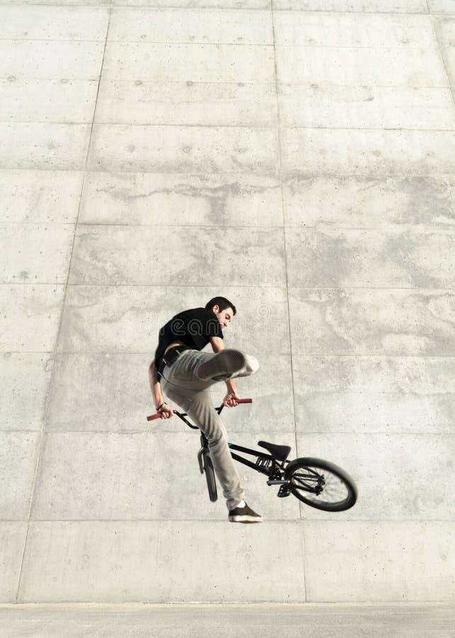 Junger BMX Fahrradmitfahrer stockfoto