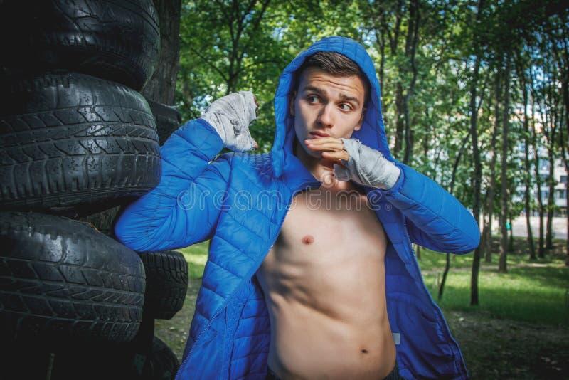 Junger Boxer im Training stockfotografie