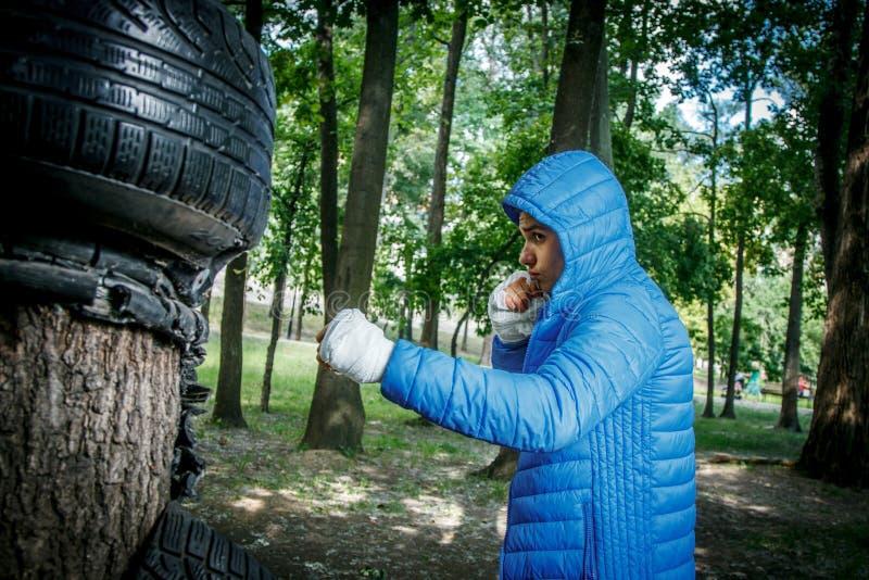 Junger Boxer im Training lizenzfreies stockfoto