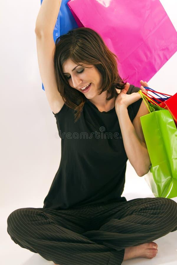 Junger Brunette-glückliche Einkaufen-Reise stockfotos