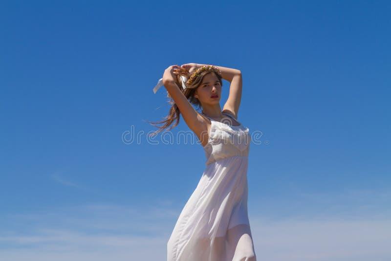 Junger Brunette im weißen schwachen Kleid lizenzfreies stockfoto