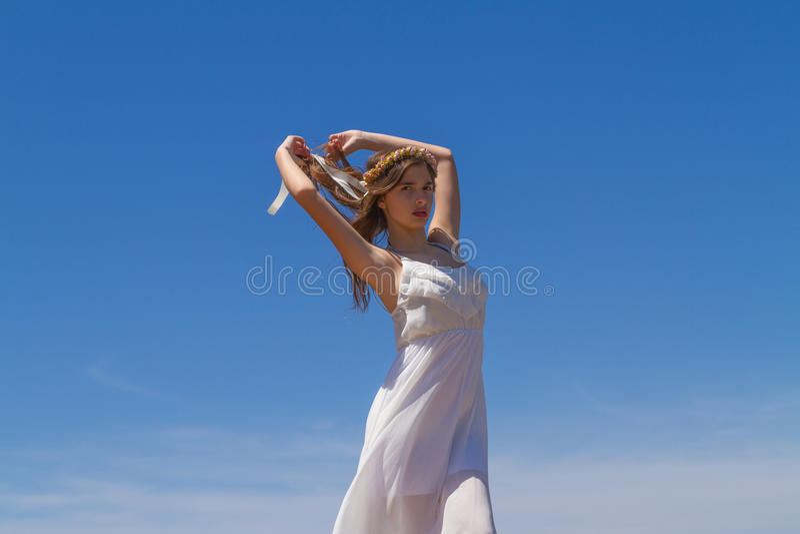 Junger Brunette im weißen schwachen Kleid lizenzfreie stockbilder