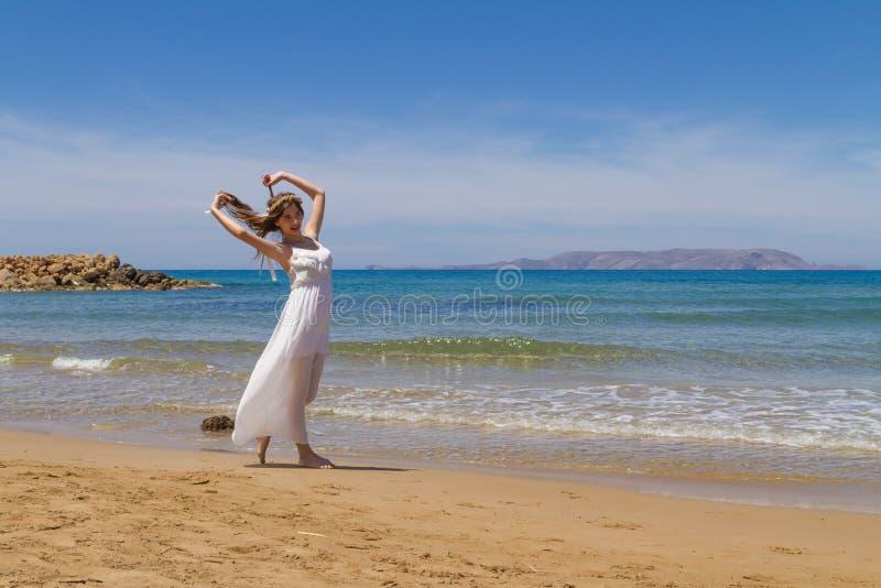 Junger Brunette im weißen schwachen Kleid genießt stockfotos