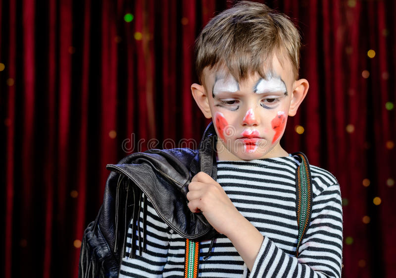 Junger Clown Looking Sad auf Stadium stockfotografie
