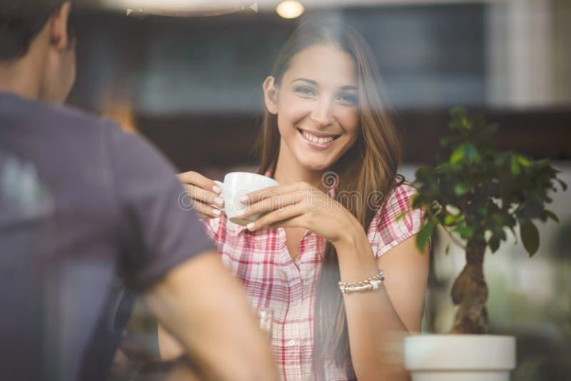 Junger coupledrinking Kaffee lizenzfreie stockbilder