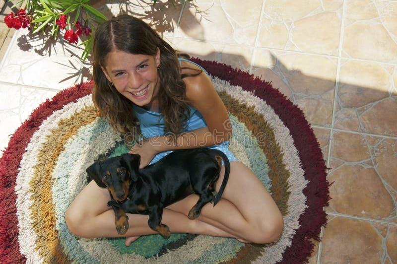Junger Dachshundhund und nette junge Frau stockbilder