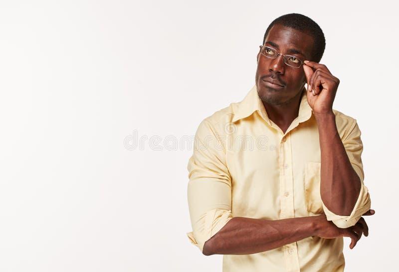 Junger denkender und in Erinnerungen ergehender Schwarzafrikanermann lizenzfreies stockbild