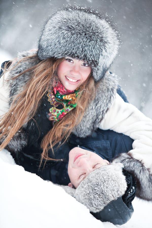 Junger der Paare Spaß draußen stockbilder