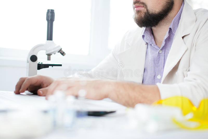 Junger Doktor, der Computer verwendet lizenzfreie stockbilder