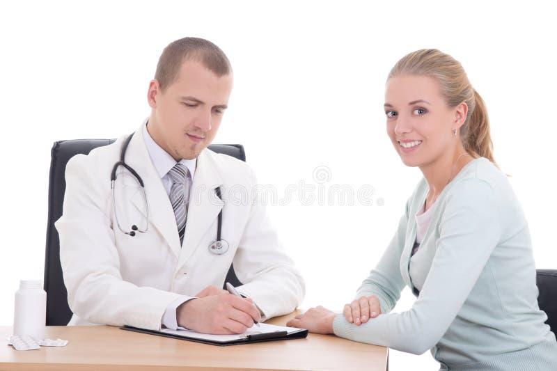 Junger Doktor, der Diagnose ihrem weiblichen Patienten erklärt stockfotos