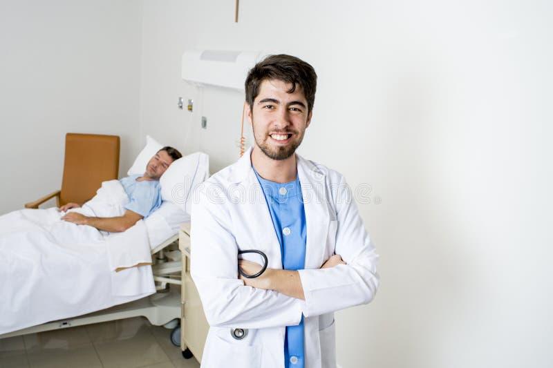 Junger Doktor, der im Unternehmensporträt mit dem kranken Patienten liegt im Bett aufwirft stockfoto