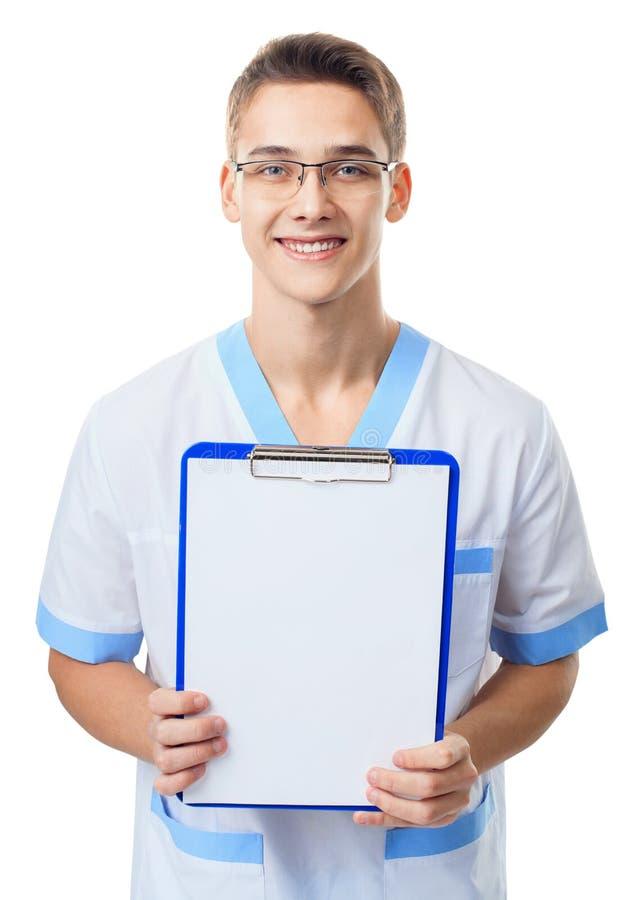 Junger Doktor, der leeres Klemmbrett zeigt stockbilder