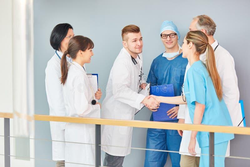 Junger Doktor im Training rütteln Hände mit Doktoren lizenzfreie stockfotografie
