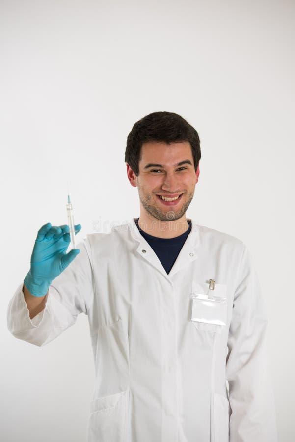 Junger Doktor mit Spritze lizenzfreie stockfotos