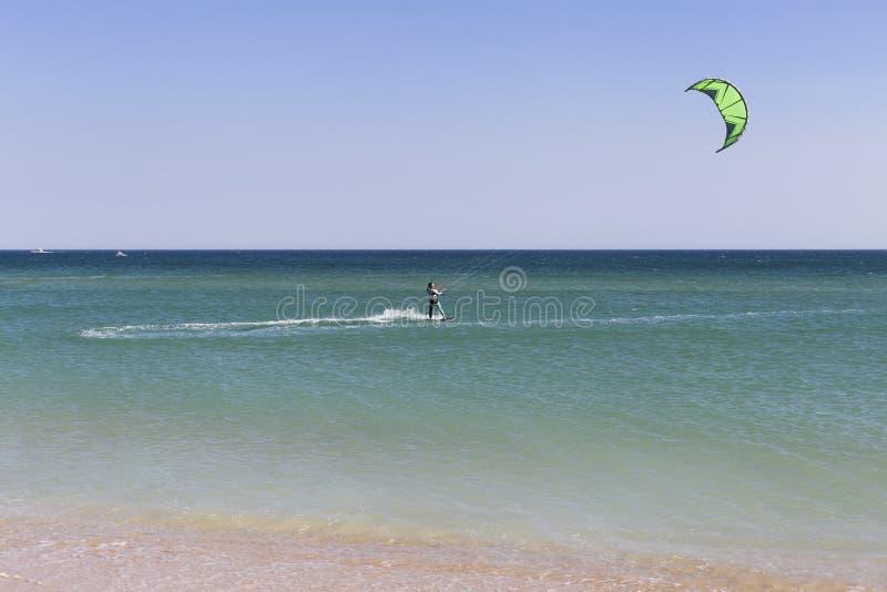junger Drachensurfer in den Wellen Spritzen Sommer feiertage ferien sport lebensstil portugal stockfotografie