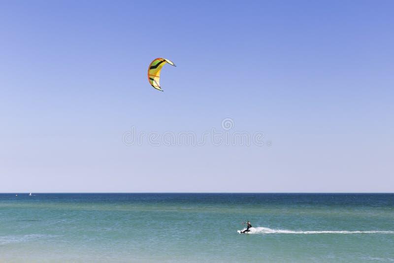 junger Drachensurfer in den Wellen Spritzen Sommer feiertage ferien sport lebensstil portugal stockbild