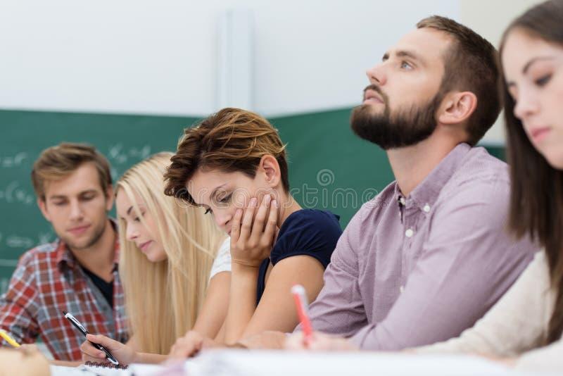 Junger durchdachter männlicher Hochschulstudent stockbild