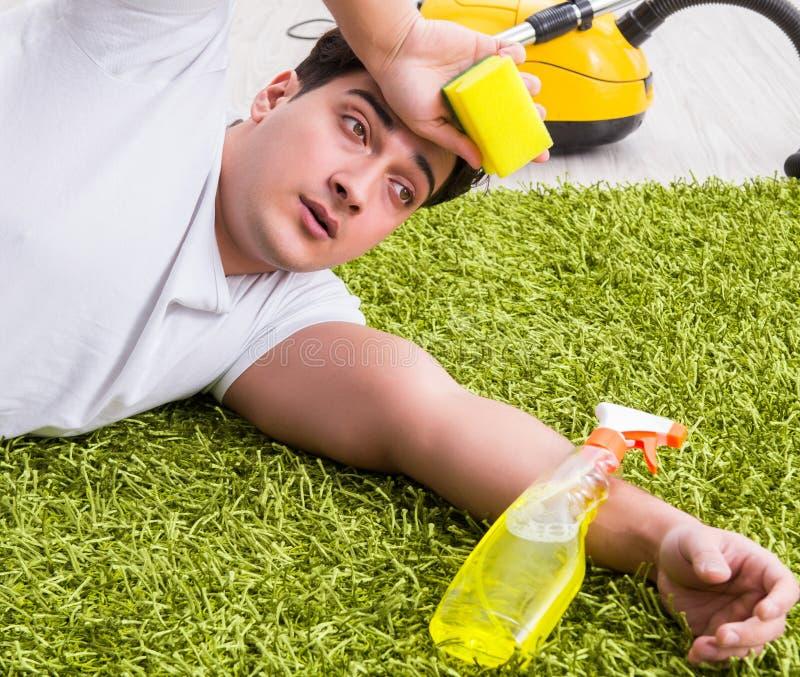 Junger Ehemannmann-Reinigungsboden zu Hause stockfotos