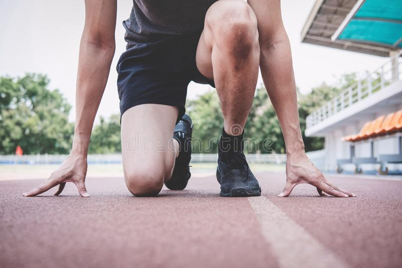Junger Eignungsathletenmann, der zum Laufen auf Stra?enbahn, ?bungstraining Wellnesskonzept sich vorbereitet lizenzfreie stockfotos