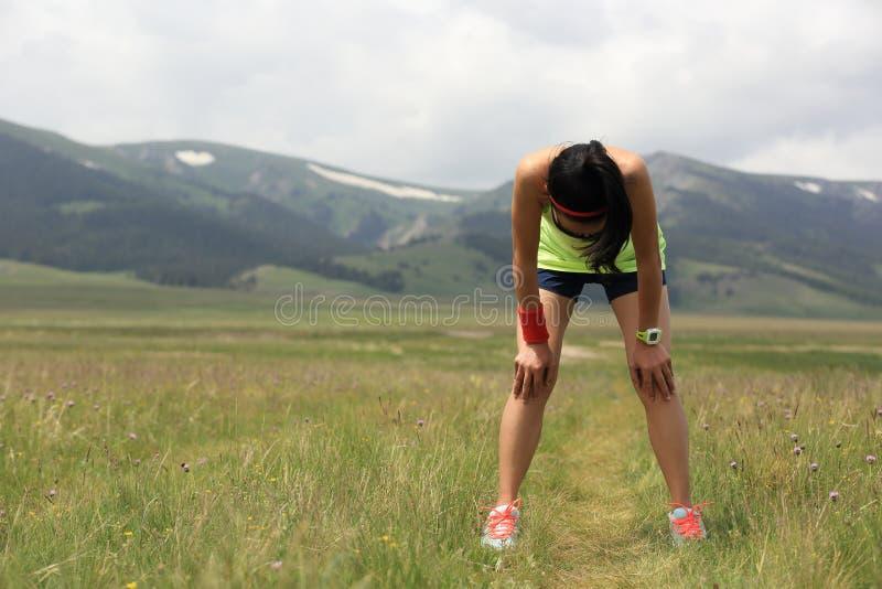 Junger Eignungsfrauenläufer haben einen Bruchnaturlehrpfad stockfoto