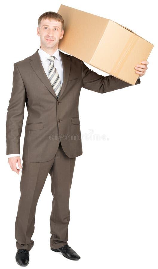 Junger Eilbote mit Kartonkasten auf Schulter stockfoto
