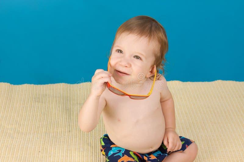Junger ein Sonnenbad nehmender Junge lizenzfreie stockbilder
