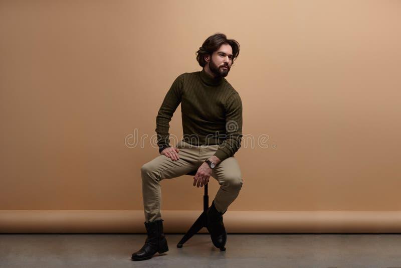 Junger eleganter Mann im Studio stockfotos