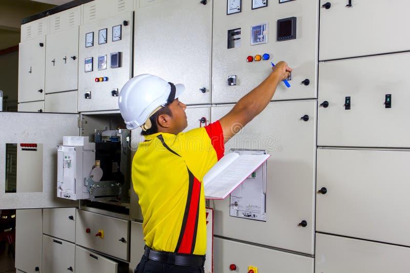Junger Elektriker bei der Arbeit stockfoto