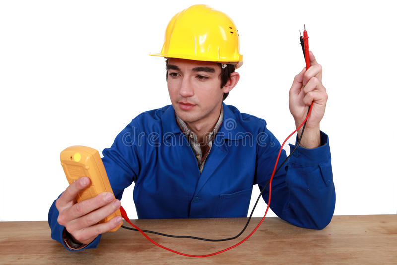 Elektriker, der Prüfvorrichtung verwendet stockfotos