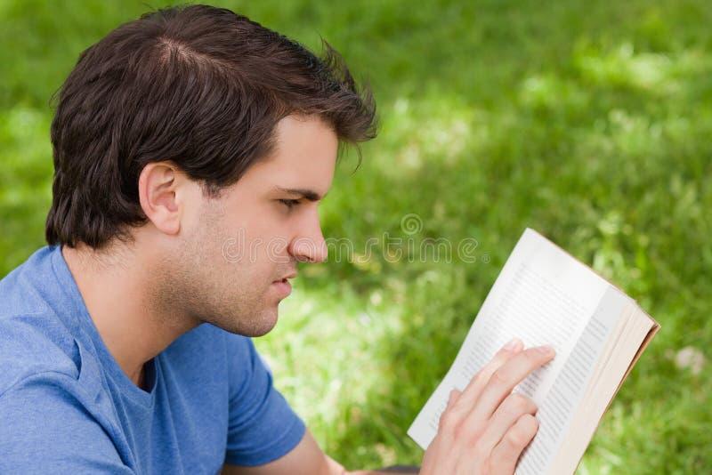 Junger Ernster Mann, Der Ein Buch Liest Stockfoto