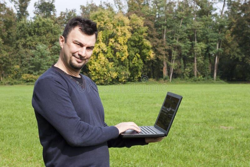 Junger Erwachsener, der draußen arbeitet stockfoto