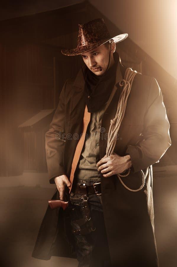 Gut aussehender Mann in der Cowboykleidung stockfotos