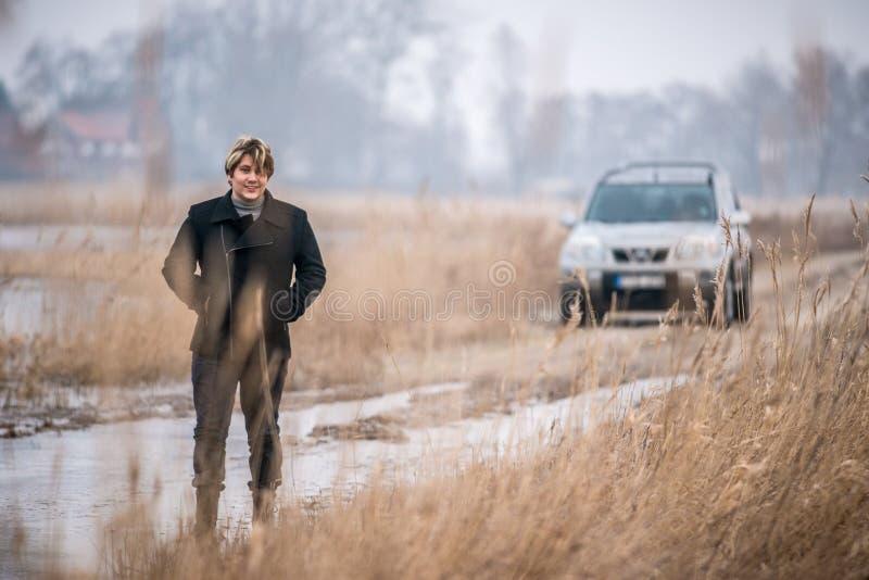 Junger erwachsener Mann in der Natur stockbild