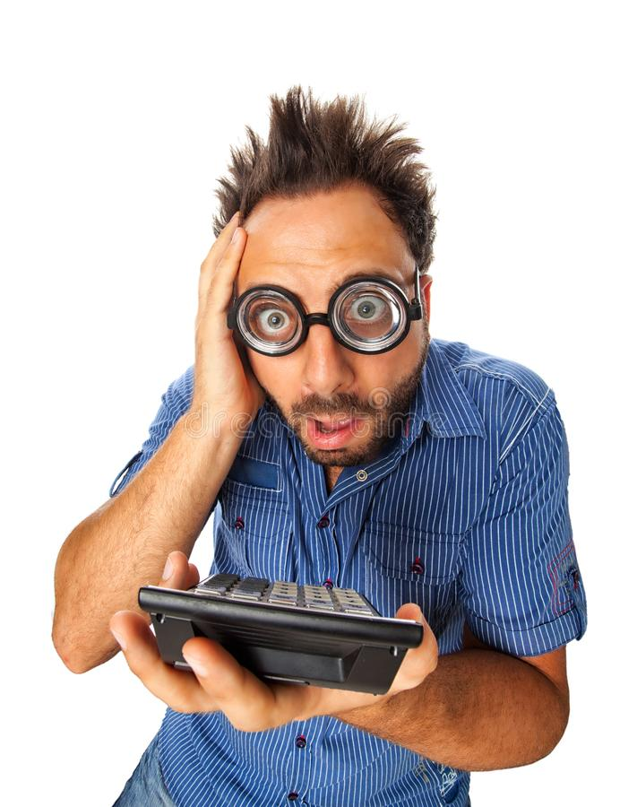 Junger Erwachsener mit entsetztem Ausdruck und Taschenrechner lizenzfreies stockfoto