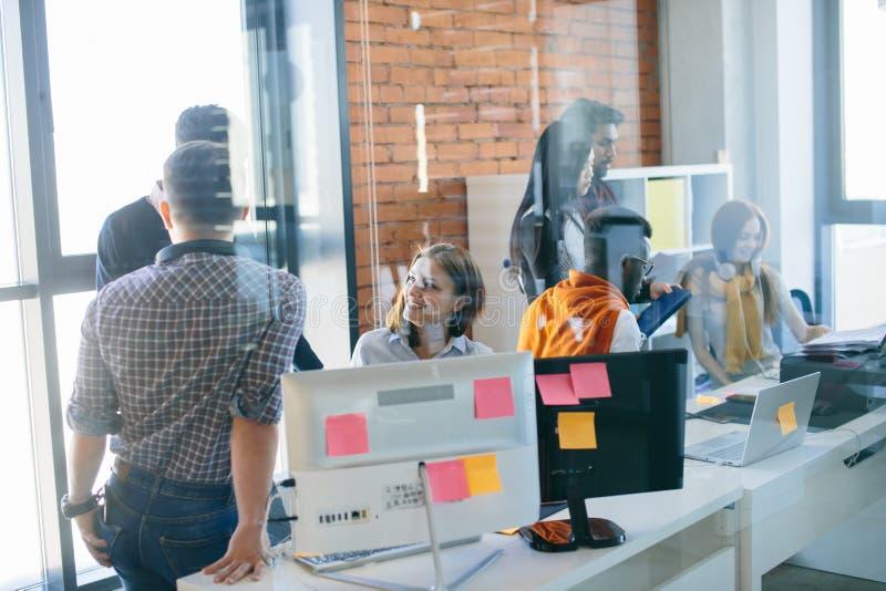 Junger IT-Fachmann besprechen Daten lizenzfreie stockbilder