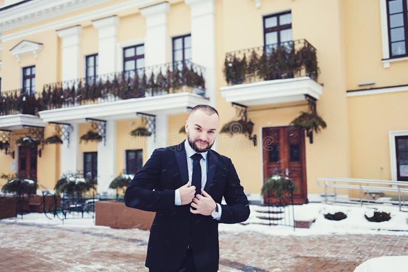 Junger Fachmann im schwarzen Anzug stockfoto