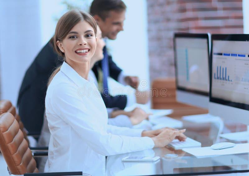 Junger Fachmann und Geschäft team, Finanzdaten besprechend stockfotos