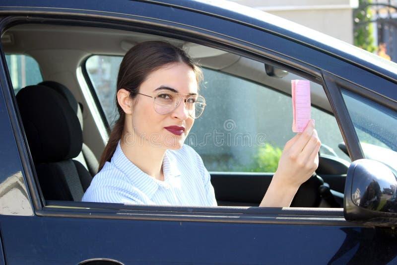 Junger Fahrer, der Führerschein zeigt lizenzfreie stockbilder