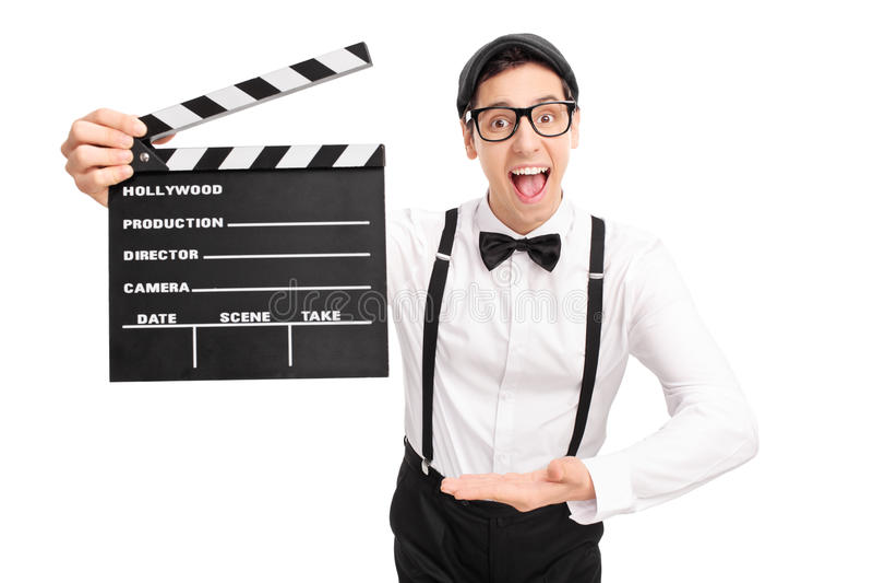 Junger Filmregisseur, der ein clapperboard hält lizenzfreie stockfotos