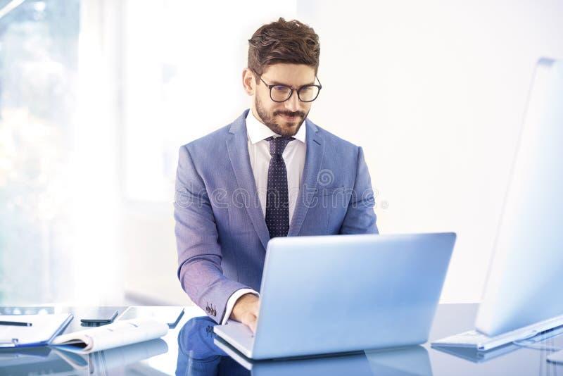 Junger Finanzberatergeschäftsmann, der Notizbuchweilearbeit verwendet lizenzfreies stockbild