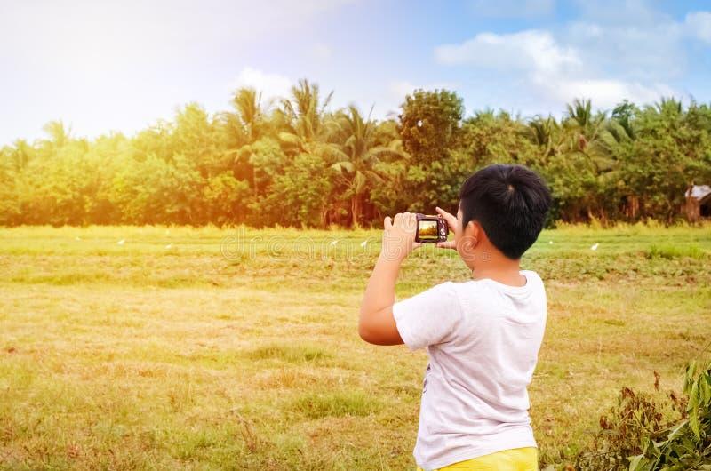 Junger Fotograf, der Fotos macht stockbilder