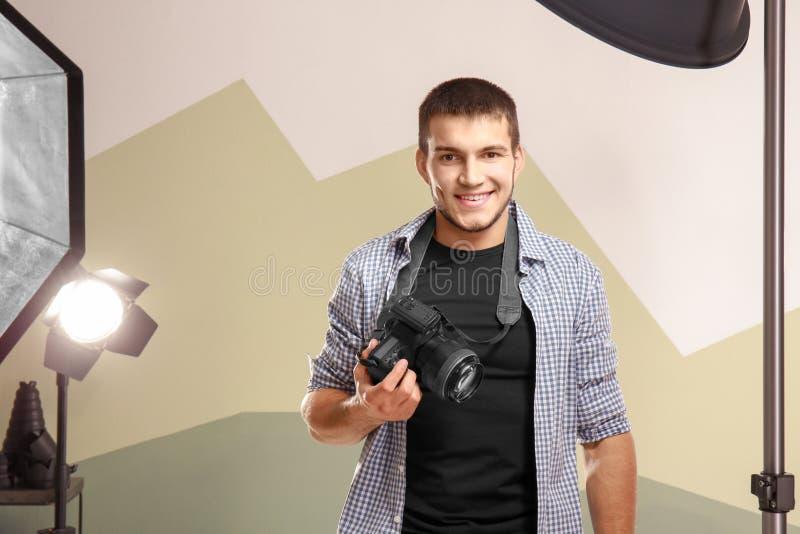 Junger Fotograf im Studio lizenzfreies stockbild