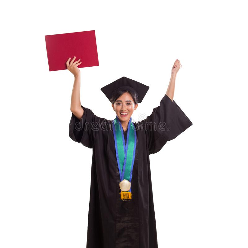 Junger frischer Absolvent, der ihr Zertifikat in der Freude, auf weißem Hintergrund anhebt lizenzfreie stockbilder