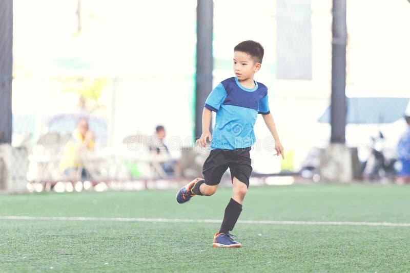 Junger Fußball-Spieler stockfotografie