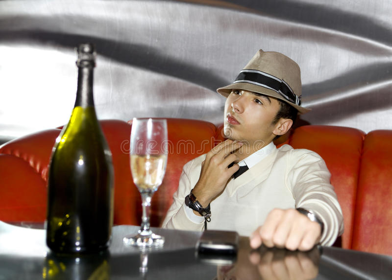 Junger Gangster, der im Kabarett trinkt lizenzfreie stockfotografie