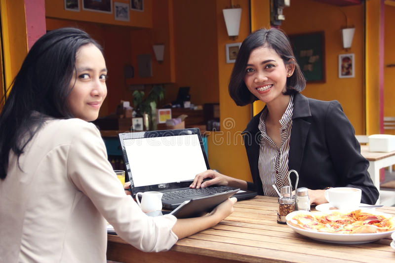 Junger Geschäftsfrautreffpunkt im Restaurant lizenzfreie stockbilder